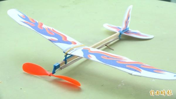 手作的動力紙飛機,飛機迴旋上升的原理,是因為逆時針旋轉迴旋槳,牽動了橡皮筋的彈力。(記者張家寶攝)