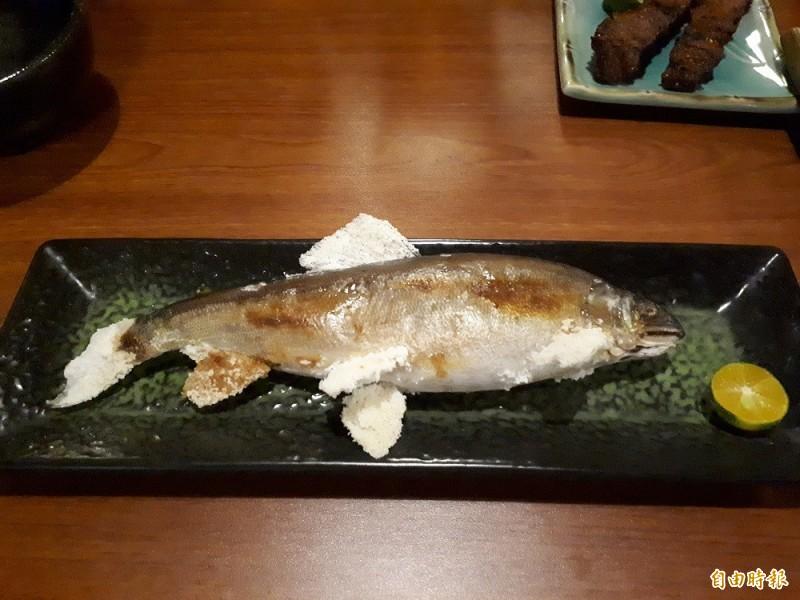 大村武日式居酒屋內的秋刀魚和香魚,就像人間美味般,曾讓日本人吃過後讚嘆就像在日本家鄉吃到的秋刀魚,而來自宜蘭的香魚,更可吃到飽滿的魚卵和帶有香氣的魚皮,是老饕才懂得點的料理。(記者洪美秀攝)