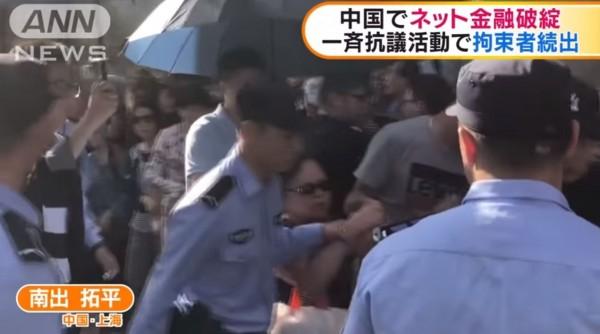 上海市鬧區爆發警民衝突。(圖擷取自影片)