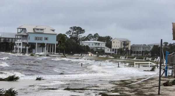 暴雨造成的大水淹沒民宅。(法新社)