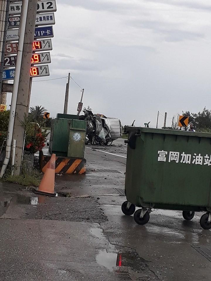 有民眾今早PO文指出,在台東的富岡加油站前發生一起休旅車翻覆車禍。(圖擷自臉書)
