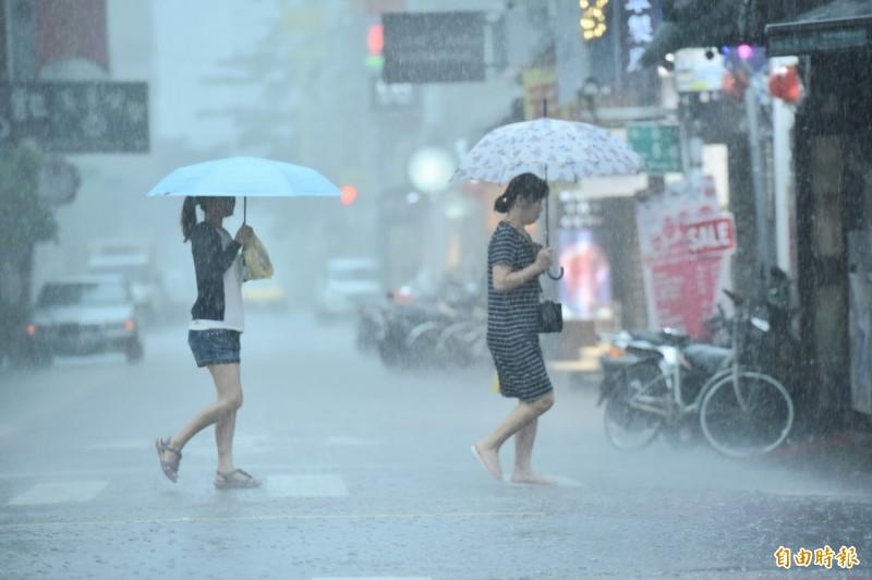 氣象局指出,由於對流雲系發展旺盛,除彰化縣、嘉義市及外島地區以外,其餘17縣市均發布大雨特報。(記者塗建榮攝)