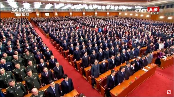 中國日前在北京人民大會堂舉辦紀念孫中山先生150週年誕辰紀念大會,現場播放中國國歌「義勇軍進行曲」時,包括我國退將在內的與會人士均起身肅立。(取自網路)