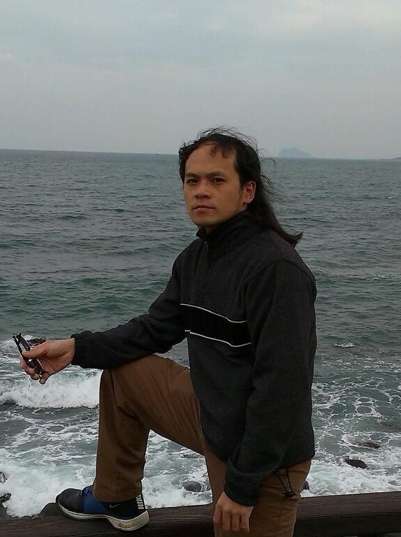 涉嫌闖入台北市勞動局長辦公室攻擊局長賴香伶的李姓男子。(翻攝李姓男子臉書)