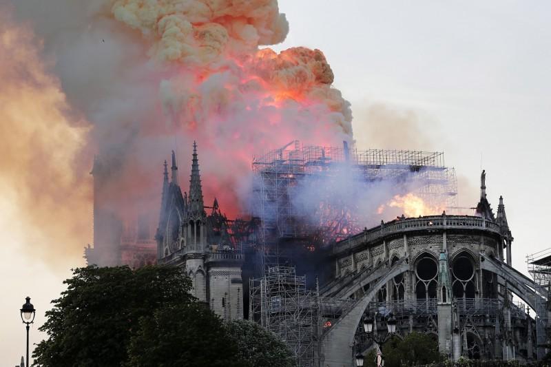 法國巴黎著名古蹟「聖母院」發生大火,教堂尖塔及屋頂都遭到烈焰燒毀。(歐新社)