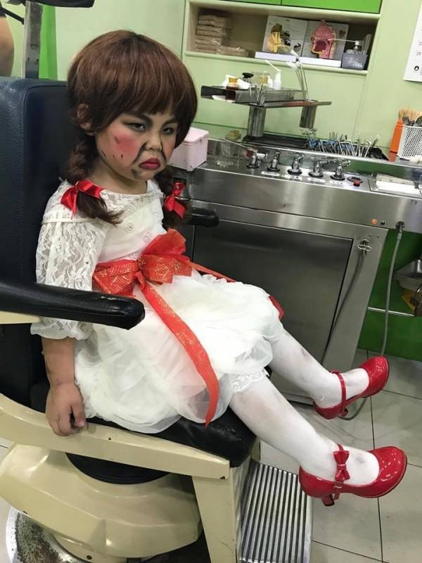 小男童一臉哀怨坐在診療椅上,眼神還若有所思地看向遠方。(圖翻攝自「爆料公社」臉書粉專)
