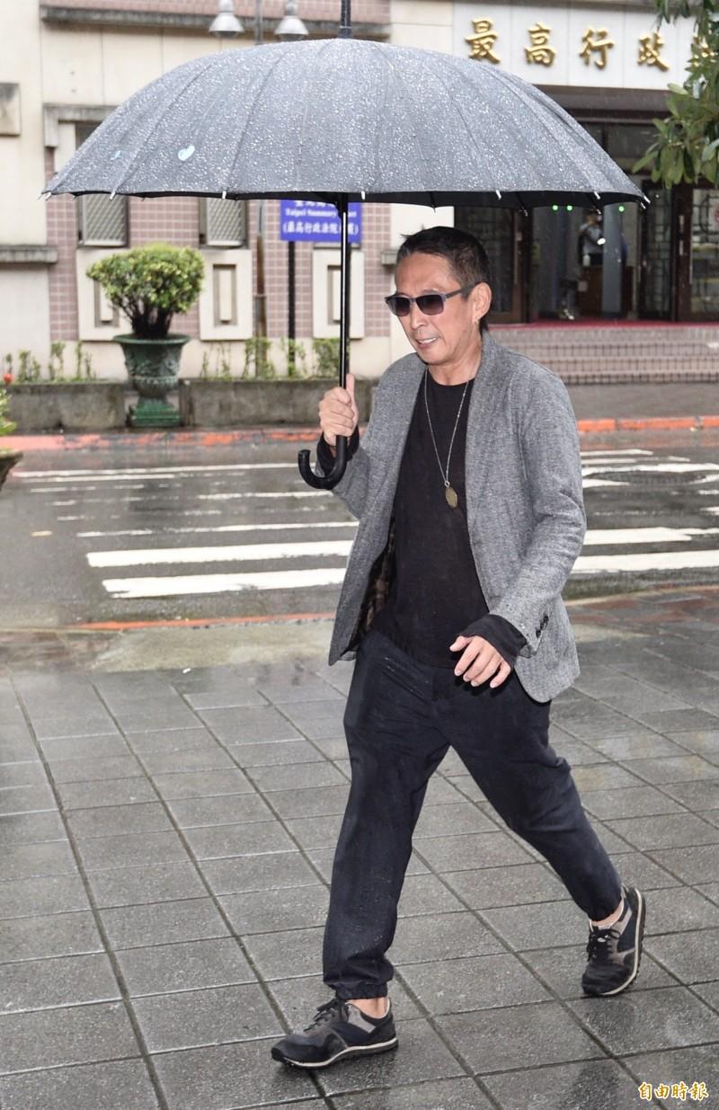 台北地方法院繼續審理鈕承澤被控性侵電影劇組女工作人員案,紐承澤在雨中撐傘抵達法院。(記者叢昌瑾攝)