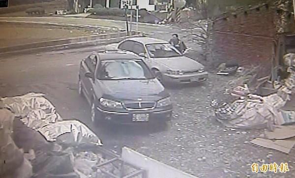 羅姓竊盜通緝犯開車(右車)至資源回收場前,因夾傷盤查員警的手(右前站者),加上拒警盤查,警開槍後中彈,經送醫不治。(資料照,記者李容萍翻攝)