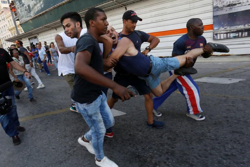 有3人被警方逮捕,遊行途中隊伍就被警方驅逐,下令解散。(路透)