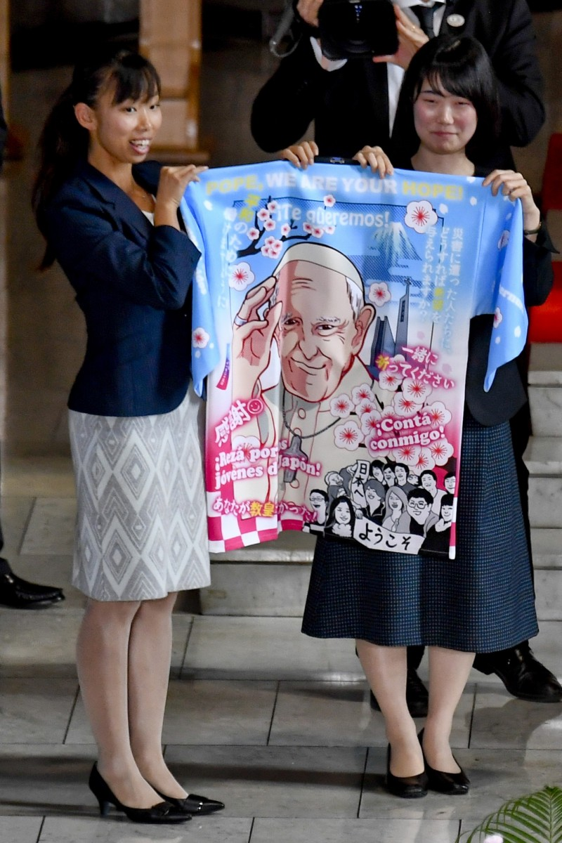 日本青年天主教徒的團體贈送教宗一件日式傳統法被,背後有著大大的動漫風方濟各像,還印製許多日語及西語祝福話語。(歐新社)