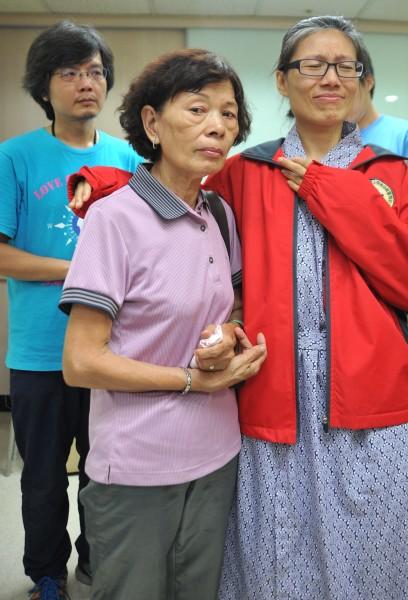 北捷殺人事件受害者陳家慧(右)與母親(中)、先生(左)出面說明在捷運上遭砍傷過程,並一度哽咽說不出話來。(記者劉信德攝)