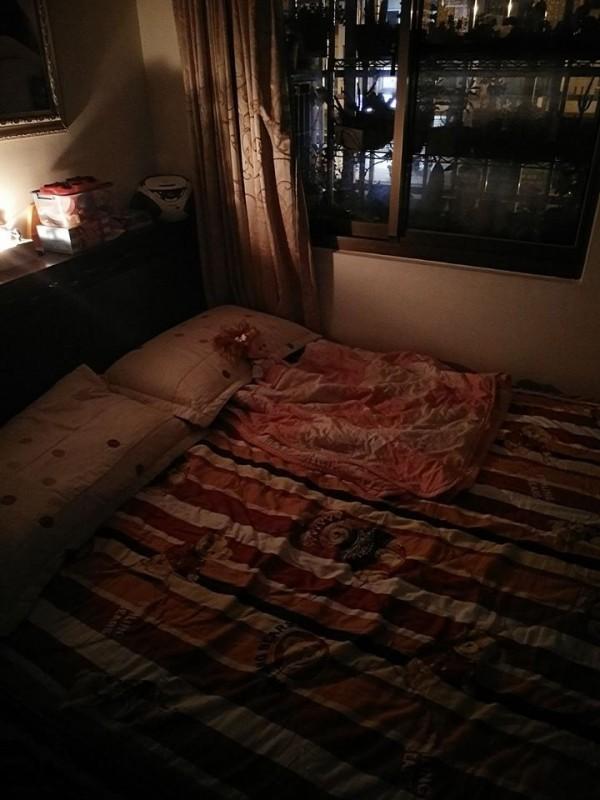 女兒等不及爸爸下班回家一起睡覺,就跑去找媽媽睡,但在床上留下「好朋友莎拉」陪爸爸睡覺。(圖擷取自爆廢公社)