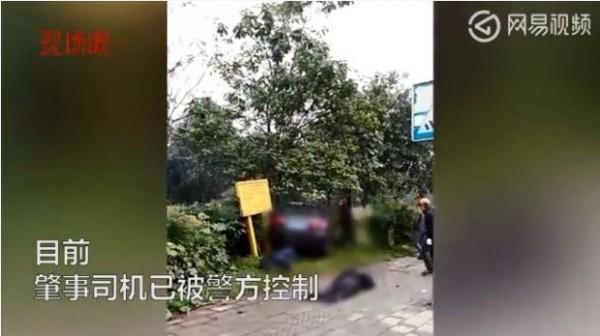 今日上午,中國四川省1輛轎車突然衝上公車站台,導致嚴重的交通事故,目前已造成9人死亡,另有多人受傷。(圖翻攝自網易視頻)