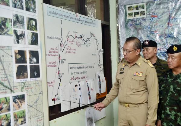 清萊府代理首長納隆薩有效率的指揮使救援行動圓滿達成,他雖然在這場意外中的危機處理換得廣大的聲譽,但是得來的卻不是獎勵,而是被泰國當局調到偏鄉擔任首長,被外界解讀為是貶折。圖為納隆薩(Narongsak Osottanakorn)。(歐新社)
