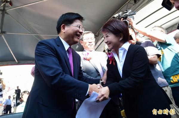 「龍燕」選後首度見面,雙方數度握手祝福加油,展現風度。(記者廖耀東攝)