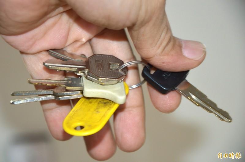 新北2名男子因不滿沒戴安全帽騎機車遭到取締,趁邱姓警員開罰單時,拔走他的警用機車鑰匙,騎車跑給警察追。鑰匙示意圖,與本新聞無關。(資料照)