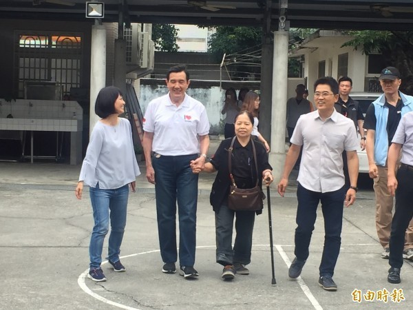 陳樹菊(右二)鼓勵馬英九(左二)再出來選總統,圖為兩人一起參加參加台東Open Mic母親節音樂會。(資料照)