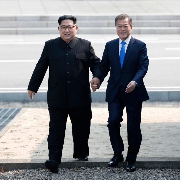 上週五登場的「文金會」,文在寅和北韓領導人金正恩共同承諾兩國結束敵對狀態,努力實現朝鮮半島「無核化」。 (美聯社)