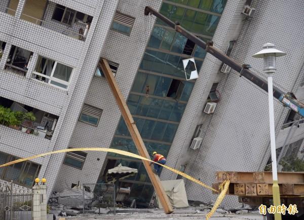 花蓮雲門翠堤大樓遭昨晚強震震得傾斜,且持續傾斜中,救難團隊以鐵柱延緩傾斜速度,爭取救人的時間。(記者黃耀徵攝)