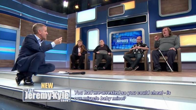 英國知名談話性節目《傑瑞米‧凱爾秀》(Jeremy Kyle Show)節目主軸以談論家庭和個人生活紛擾、調解家人和愛侶紛爭為主。(圖取自節目官方推特)