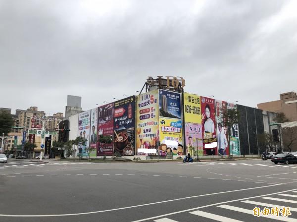 這家汽車旅館外牆懸掛不少選舉廣告,「文文」就在中間。(記者陳昀攝)