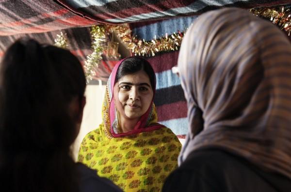 諾貝爾和平獎有史以來最年輕的得主馬拉拉.尤沙夫賽(Malala Yousafzai)今(12)日在黎巴嫩歡慶18歲生日,她給自己的生日禮物是為敘利亞的難民少女們開設一間學校,也藉此呼籲世界各國領袖能夠資助「Books not bullets」的計畫。(法新社)