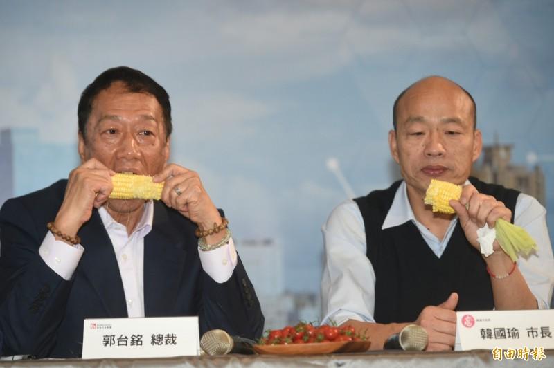 郭台銘(左)與韓國瑜(右)一起品嘗在地玉米。(記者張忠義攝)