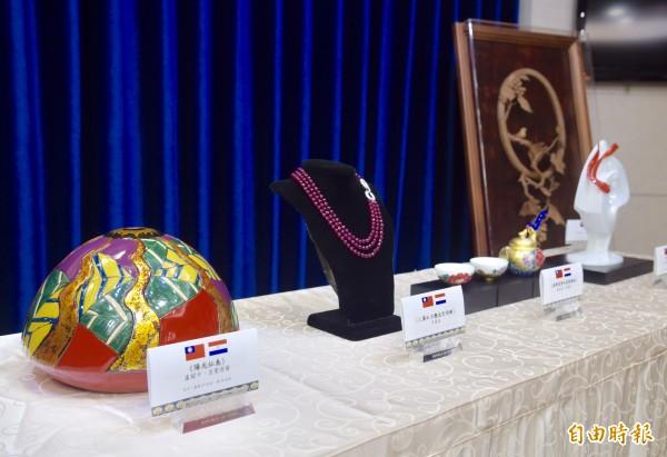 總統府8日舉行總統蔡英文「同慶之旅」贈禮說明會,將致贈友邦巴拉圭5件禮品。(記者黃耀徵攝)
