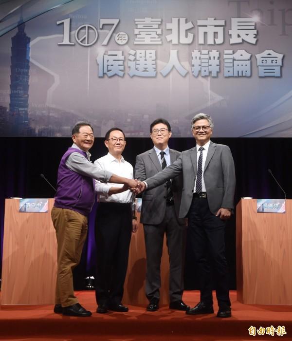 TVBS主辦「台北市長候選人辯論會」4日在台北舉行,會前出席候選人合影。左起李錫錕、丁守中、姚文智、吳蕚洋。(記者方賓照攝)