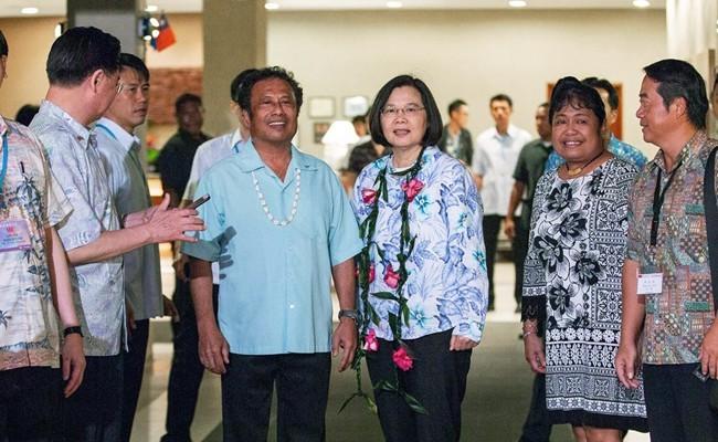 蔡英文總統今率團前往帛琉進行國是訪問,帛琉總統雷蒙傑索(圖左藍衣服男子)於蔡總統下榻飯店歡迎。(圖擷取自蔡英文臉書)