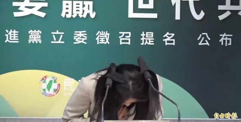 賴品妤昨天致詞時超有誠意深深一鞠躬,結果不僅撞到麥克風,還讓麥克風插到頭髮中,讓現場不少人忍不住偷笑。(資料照)