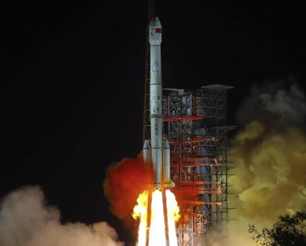 中國官方14日表示,「嫦娥5號」預定在今年年底發射,目標是蒐集2公斤的月球土壤回來。圖為去年12月發射「嫦娥4號」的畫面。(美聯社)