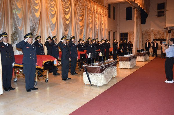 敬鵬大火殉職6位消防人員,今天清晨覆旗火化後移靈至會場。(桃園消防局提供)