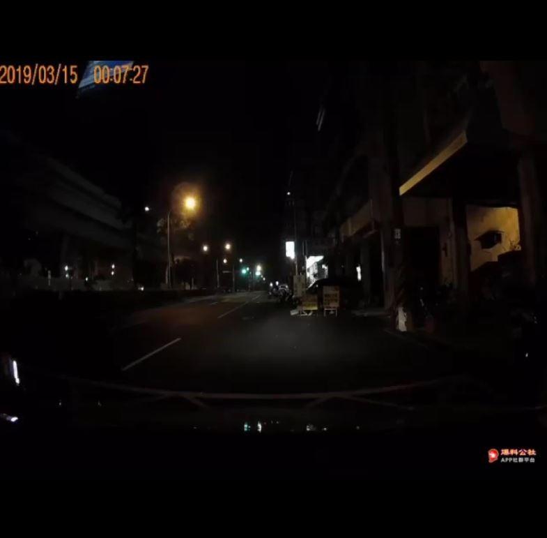 台中日友當舖分享-「爆料公社」公布一段行車紀錄器影片,指台中一名女運將晚上載客時,遭男乘客猥褻摸胸,驚恐哭喊「不要」。(圖擷取自爆料公社)