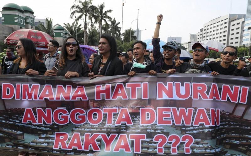 早於2018年2月12日,印尼就有LGBT族群在雅加達發起對新刑法的抗議活動,當時刑法修訂草案中,已將未婚及同性戀的性行為列作違法。(歐新社)