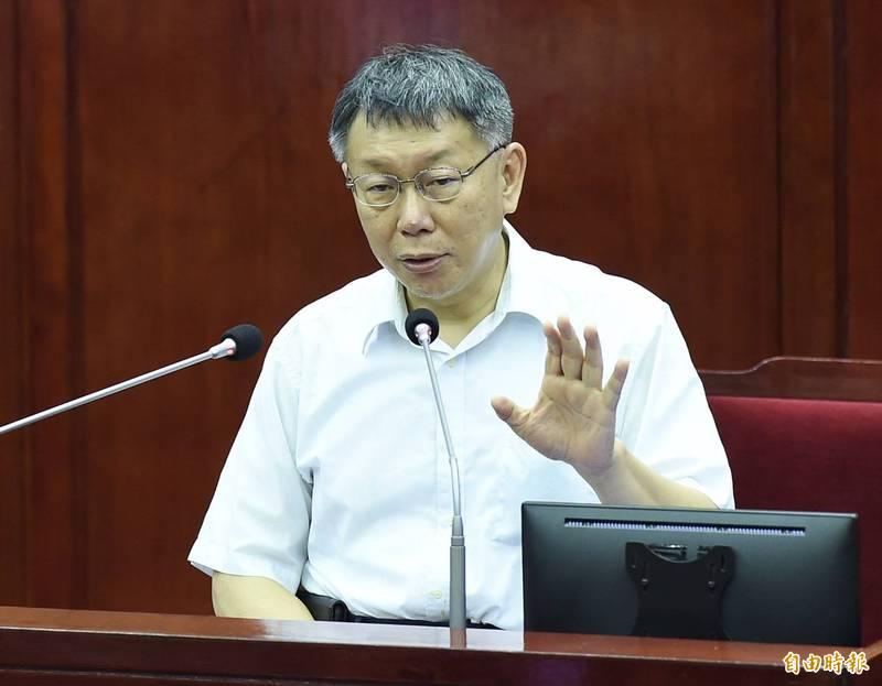 台北市長柯文哲前一天在議場表態「直接準備2024總統」,議員今表示柯的滿意度還是最後一名,柯反擊說,小英總統在2018年的民調也非常低。(記者簡榮豐)