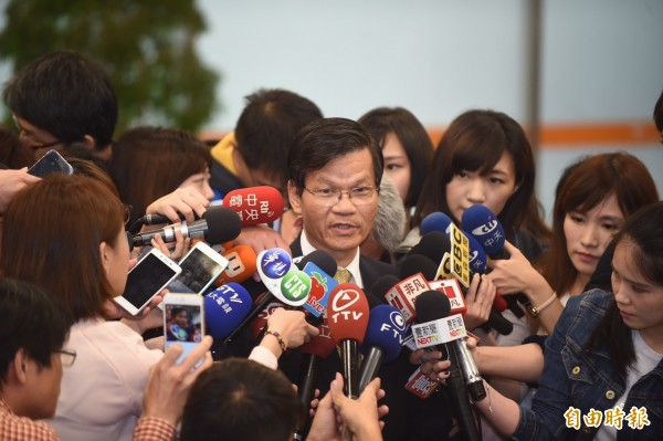 中研院長翁啟惠今天抵台說明浩鼎案,表達萬分歉意,但強調絕對沒有內線交易。(記者劉信德攝)
