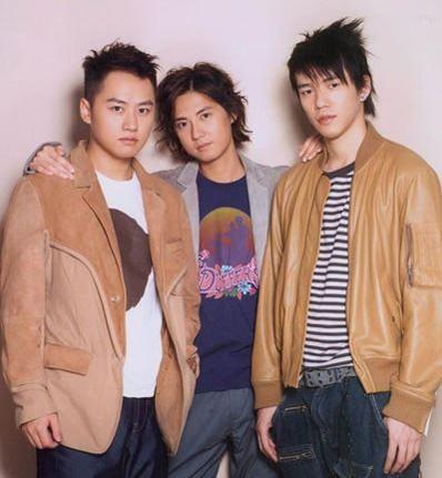 黃明和小兒子黃柏文(左)為前偶像團體B.A.D成員,離開演藝圈後到秀傳擔任行銷總監。(圖擷取自網路)