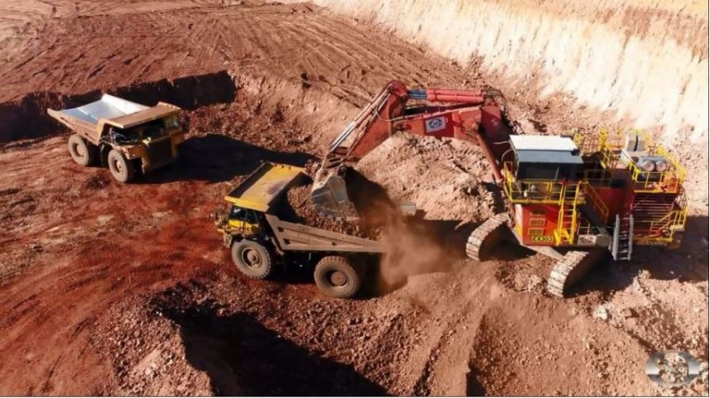 澳洲北領地自治區的布托溪(Bootu Creek)露天礦場昨(24)日下午驚傳牆面坍塌,1名59歲工人遭大量土石掩埋受困。圖為礦場資料照。(圖取自OM控股官網)
