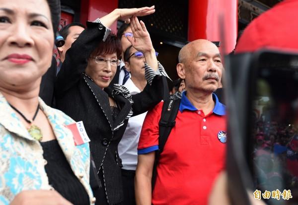 由於忠烈祠禁止政治活動,洪秀柱用手勢示意支持者不要再大聲為她加油。(記者簡榮豐攝)
