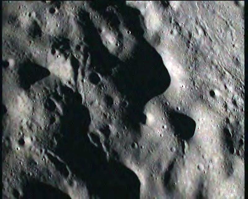 圖為月球撞擊探測器和印度月球飛船一號拍到的月球表面影像。(法新社)