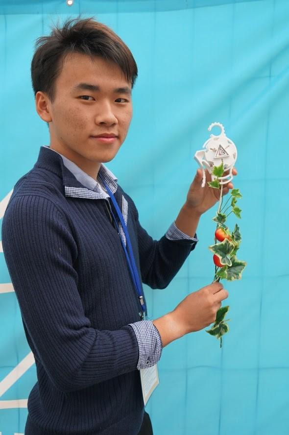 高雄科大學生賴策方,發明攀藤作物生長輔具「Roller Planter」。(擷取自中華創新發明學會網頁)