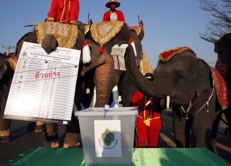 泰國將於3月24日進行國會大選,不過可能是希望選民能「理智清醒」的投下自己的一票,泰國選舉委員會在3月9日表示,在投票期間頒布全國禁酒令,禁止販賣與送發酒精飲料,包括婚禮與派對。(歐新社)