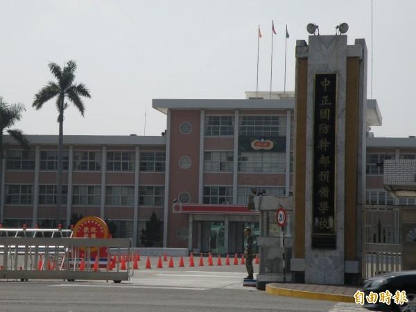 一名於高雄陸軍步兵訓練指揮部服役的江姓士官長,今上午8點多被國一的兒子發現,於中正預校職務宿舍客廳內上吊自殺,送醫急救仍宣告不治。圖為預校校門。(資料照)