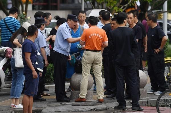 中國P2P網路借貸平台爆發倒閉潮,導致許多投資人血本無歸,近日聚集在北京中國銀行保險監督管理委員會外抗議,遭警方攔截驅趕。(法新社)