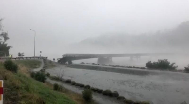 當地橋樑「懷霍大橋」過去雖已墊高過3次,卻仍不敵洪水被一節節沖毀。(路透)