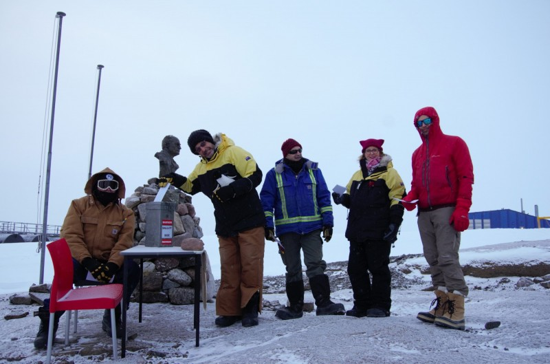南極戴維斯研究站的選民正在排隊投票。(歐新社)