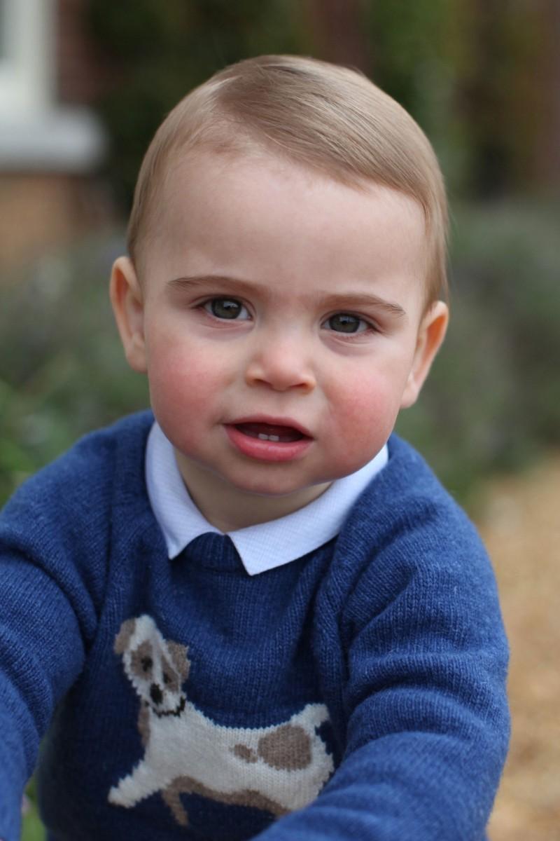 路易王子穿著藍色小狗毛衣,露出2顆小門牙,讓英國民眾直呼好可愛。(歐新社)