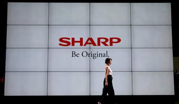 鴻海集團旗下的夏普今天宣布,因應強颱,位在大阪的尾田事業所停工,但是堺工廠正常運作。(路透)