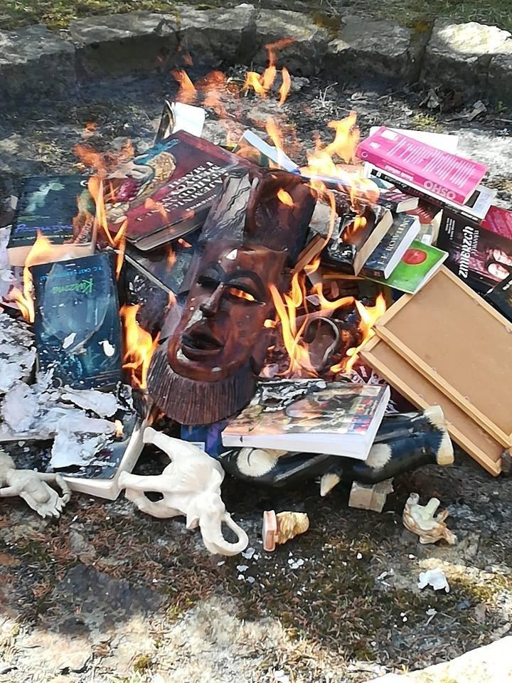 波蘭神父焚燒他們認為「褻瀆上帝」的《哈利波特》系列小說、Hello Kitty(凱蒂貓)圖案的傘、印度教相關的雕像和其他物品等。(圖取自臉書)